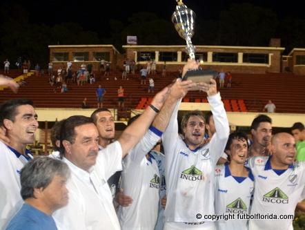 Eduardo Cedres levanta la Copa del Campeón. Foto Victor D Rodriguez