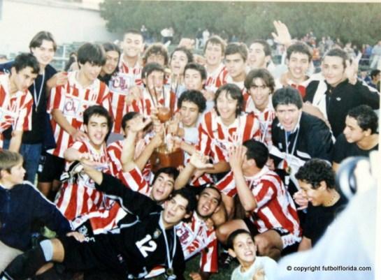 Festejo de los albirrojos. Eran Campeones del Interior 2003. Foto Gualberto García