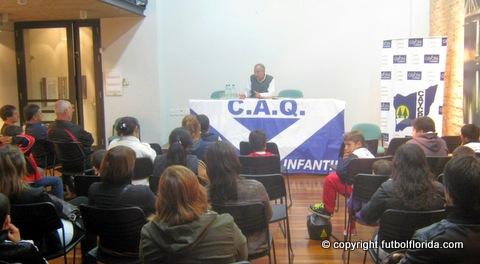 Vista del disertante y los asistentes a la charla. Fotos Azul con la V Blanca