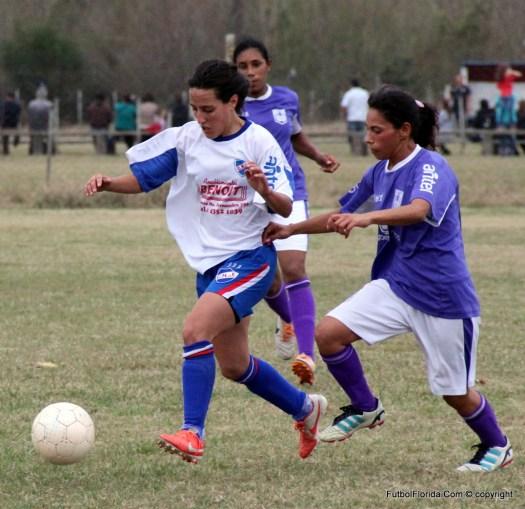 Sofia Grela Albanes de Nacional avanza marcada por una rival. Foto Fanny Ruétalo
