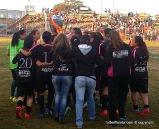 Unión de Paysandú recibiendo la Copa 2015. Foto Walter Brajus
