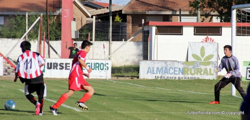 El pase de Morales para el gol de León. Foto Fanny Ruétalo