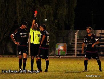 Fernando Martinez saca la roja en San José-Canelones. Foto Fanny Ruetalo