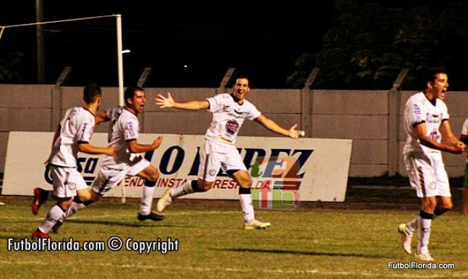 El goleador Rovetta festeja el tanto que cerraría el marcador