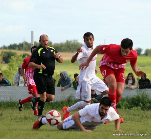 """Con pierna fuerte se jugó en el """"Yanes"""" Foto Fanny Ruetalo"""