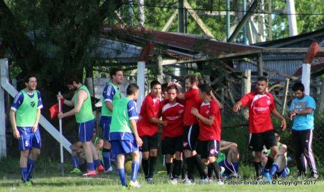 Maicol Morales es saludado por sus compañeros. Mendoza ganó y alcanzó a Alianza. Foto Emilia Spinelli