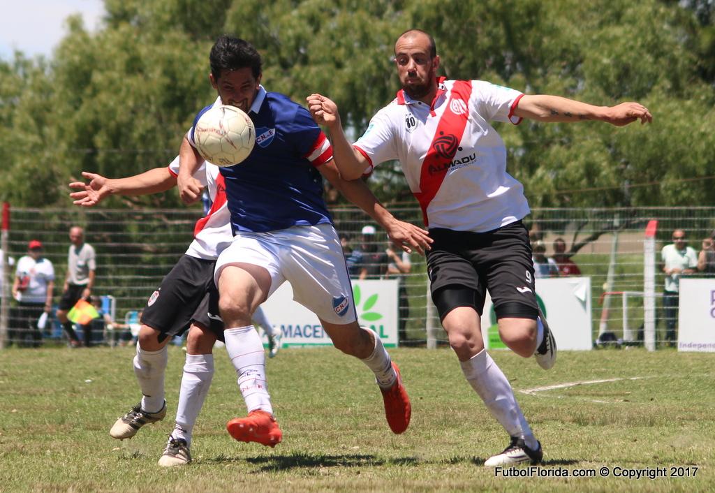 Alvarez y Vazquez disputan el balón que tuvo mas de lucha que de fútbol