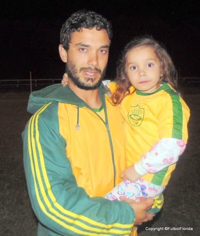 Ignacio de León y su hija, todo en amarillo y verde