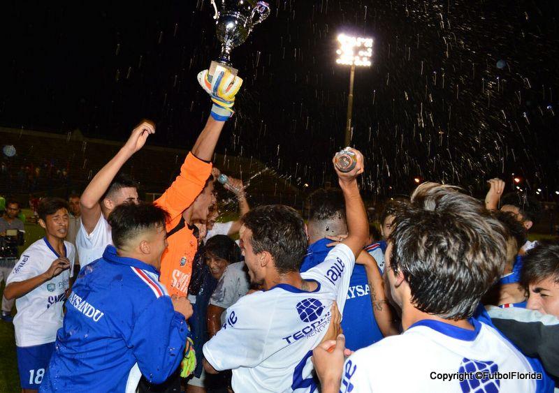 La Copa al cielo. Paysand{u Campeon. Foto Ramón MEsías