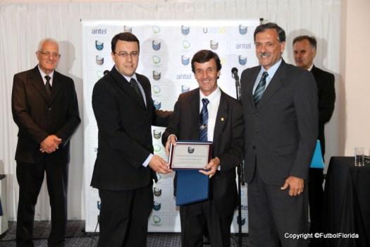 Jorge Gutierrez Pérez, junto al Arq Perroni recibe de ex Pdte Gustavo Bares, el premio de Pablo Cabrera el 4 de abril de 2018.