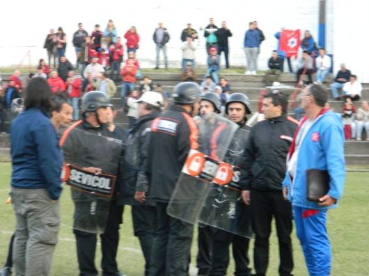La guardia protegiendo a la terna Foto Marcelo Banegas
