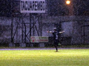 Bajo agua Irazoqui celebra el 3er gol