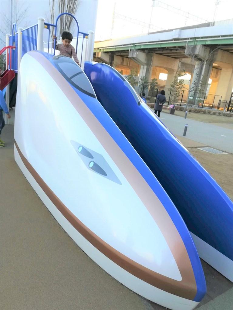 新幹線「かがやき」の滑り台