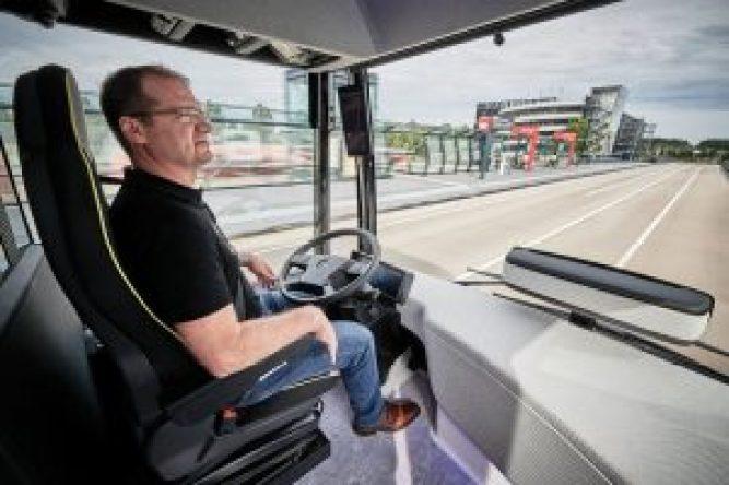 Durante a maior parte do percurso as mãos do motorista ficam fora do volante porque o CityPilot conduz o veículo