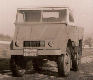 O primeiro protótipo em dezembro de 1946 com motor a gasolina e pneus de caminhão