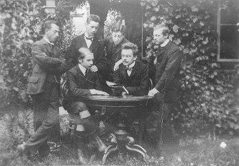 1909 - Şairler toplaşması - (Oturanlardan solda Trakl)