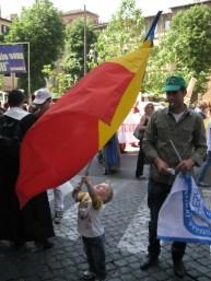 Matteo Edoardo Farcas, 2 anni, romeno, nato a Terni, sventola la bandiera della Romania alla Marcia per la Vita 2012