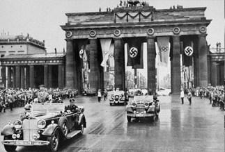 desfile hitler berlin rojos puerta de brandenburgo nazis victoria guerra-495