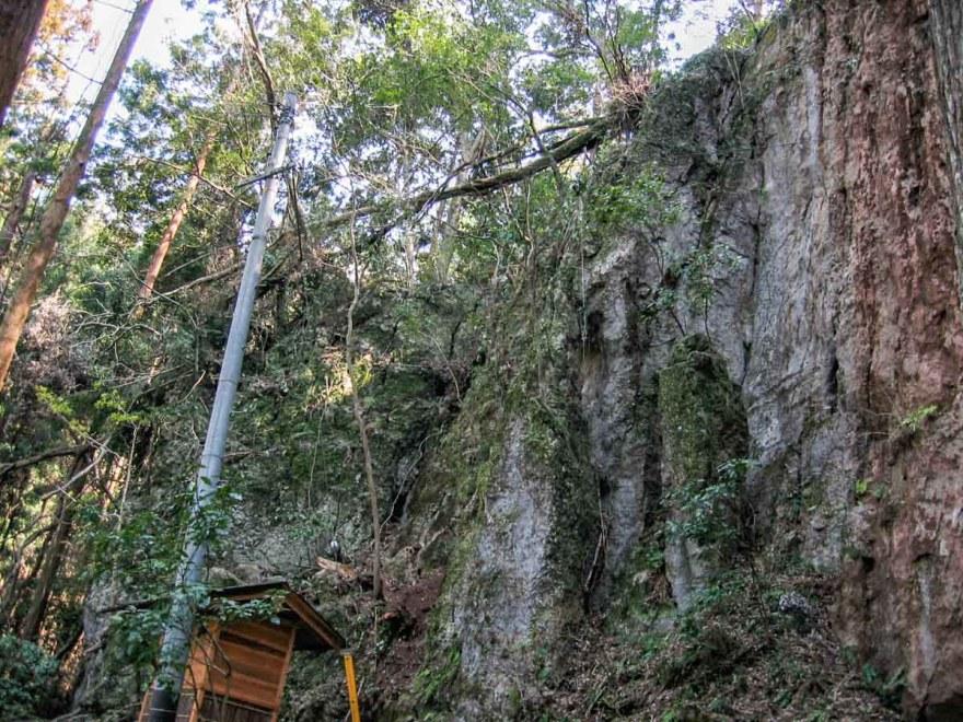 多祁伊奈太伎佐耶布都神社のある上原谷石灰岩巨大礫