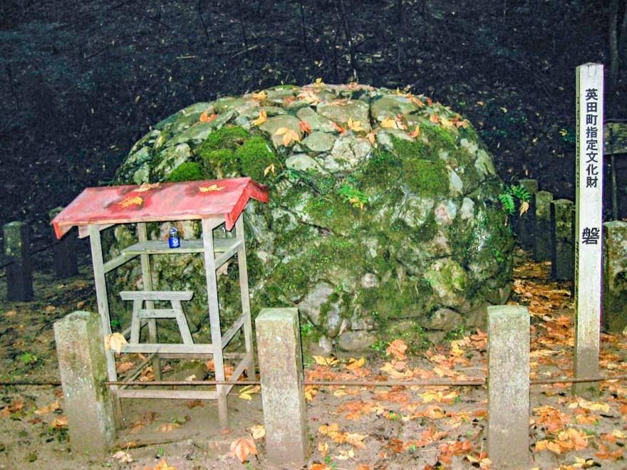 天石門別神社 境内から琴弾の滝へ向かう道にある磐座遺跡