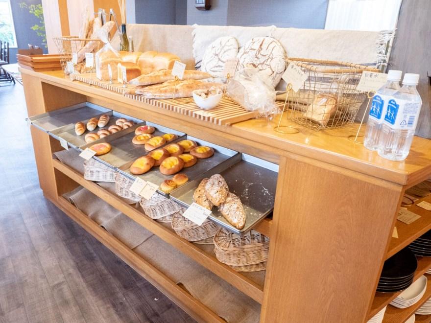 ソウモクコーヒー・ブランジェリー・ブラッスリー・フジワラ:パンの陳列風景