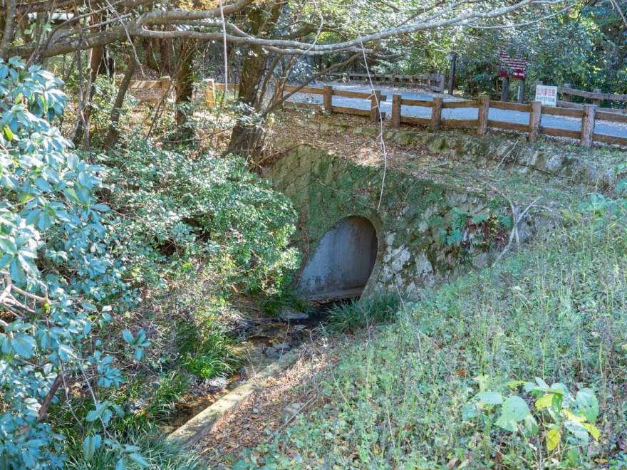 血洗の滝・血洗滝神社:駐車場付近の滝へと流れる川