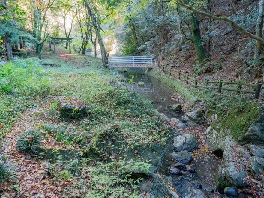 血洗の滝・血洗滝神社:血洗滝神社の前から血洗池方面を見る