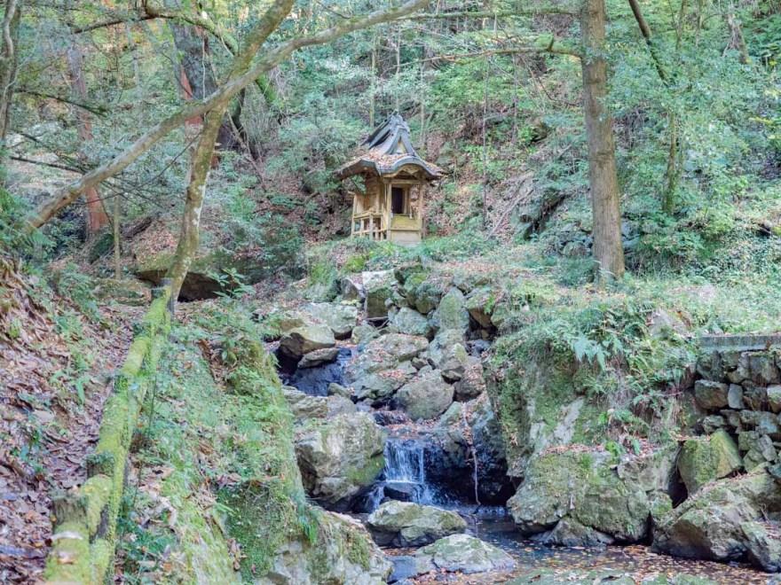 血洗の滝・血洗滝神社:血洗の滝への道から見る血洗滝神社
