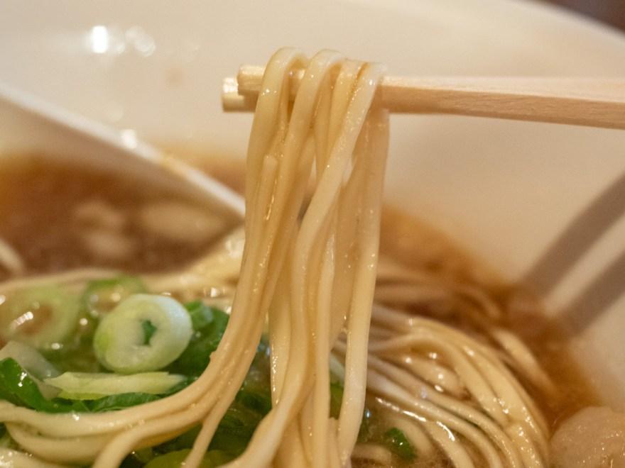 静流:醤油ラーメンの麺