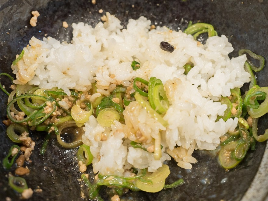 きさく福山店:汁なし担々麺にごはんを投入