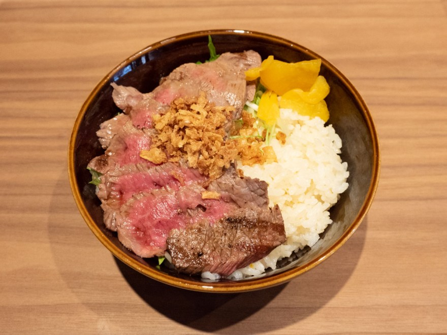 メゾン・ド・シェフ ごはん:赤城牛のステーキと炊き上げピラフの丼(霜降り)