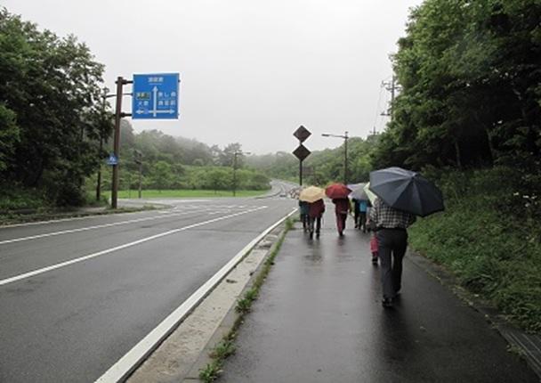 雨の中八ヶ岳牧場・清泉寮・教会と向かう.