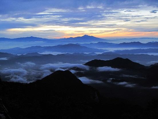 小屋4:30発  朝明けの美しい雲海がこれからの長い々道のりを照らしてくれているようだ。