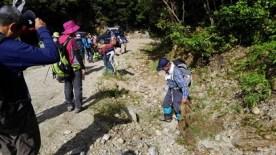 登山道脇のゴミを回収