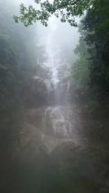 ガスに煙るF5百間滝落差50m