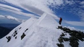 前穂高岳への雪壁を登る