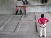 背中の人が滑落者役。ロープを固定する。