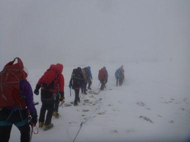 木曽駒ヶ岳を目指し強風の中進みます