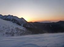 丸山で日の出を迎える