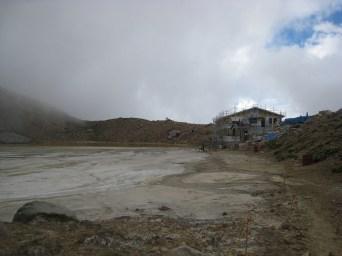 火山灰に埋もれた二ノ池。本館の突貫工事中でした