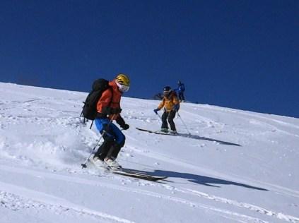 新雪の大斜面滑降する若手のHOPE
