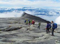 峻険な岩峰を進む