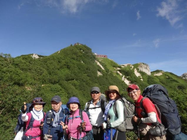 山の上に立つ燕山荘を見ながら苦しくかつ楽しかった4日間を懐かしみ、下山してきました。
