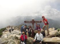 やっと常念岳に到着!みんなとてもよく頑張りました。しかし、ここから常念小屋までが長い!小屋が見えるのに…!