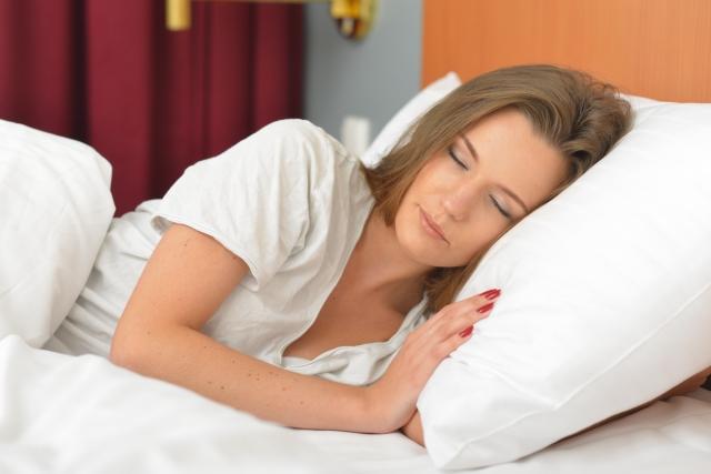 心地よく眠る女性