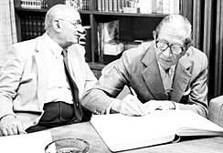 Victor Civita assinando a constituição da Fundação Victor Civita, com a presença de José Mindlin (à esquerda)