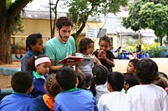 Funcionário voluntário do Projeto Entorno lê para alunos de escola pública próxima à Editora Abril