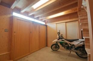 神戸町の家 奥の収納扉は上吊式で下にレールがありません。キャスター付きのツールボックスも気軽に動かせます。
