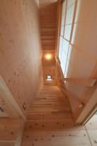 神戸町の家 階段の右側は和室。障子の上部分は下げることができます