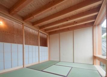 神戸町の家 上部分を下げて腰壁風になる和室の障子 シナ合板の押入扉